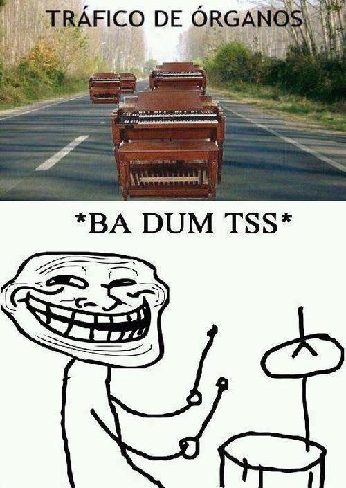 trafico de organos pianos en autopista carretera broma chiste malo troll face