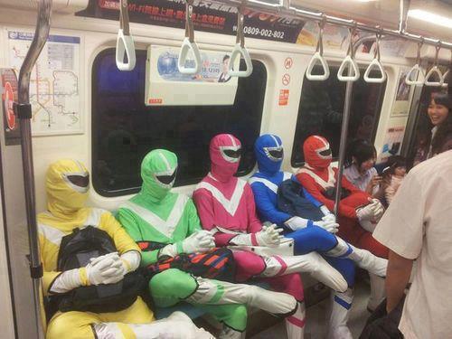 los power rangers viajan en metro transporte publico