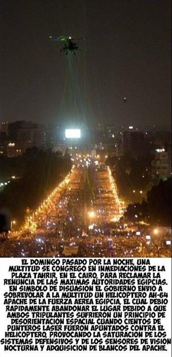 multitud que se reunio en el cairo egipto apuntaron laser a helicoptero